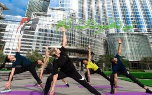 افرادی در حال انجام تمرینات ورزشی در هوای باز