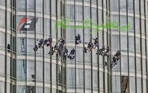 گروهی در حال تمیزکاری شیشههای برج خلیفه